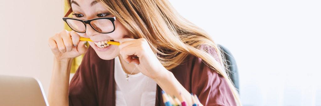 dziewczyna gryzie ołówek