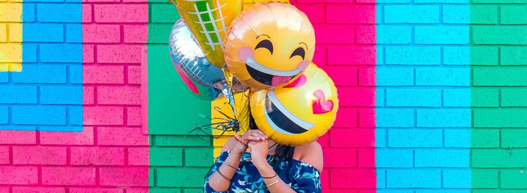 dziewczyna trzymająca balony